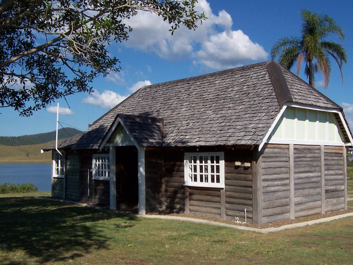 Log Cabin Lake Somerset Holiday Park